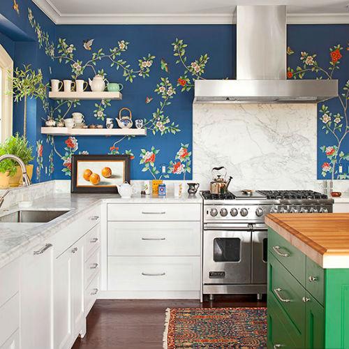 Pildil on valge köögimööbel ja erksinise taustaga lilleline tapeet