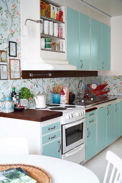 Pildil on heleroheline pastelne köögimööbel ja taustaks on hele mustriline tapeet.